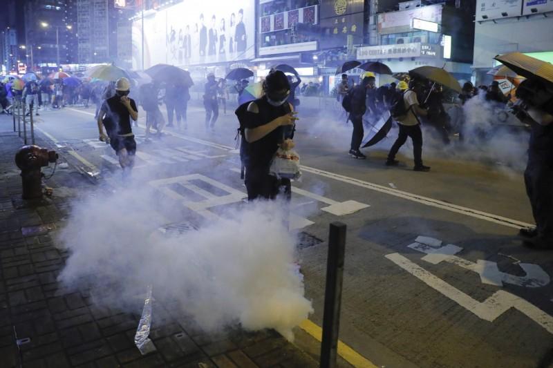港警施放催淚彈,驅趕示威者離開。(美聯社)