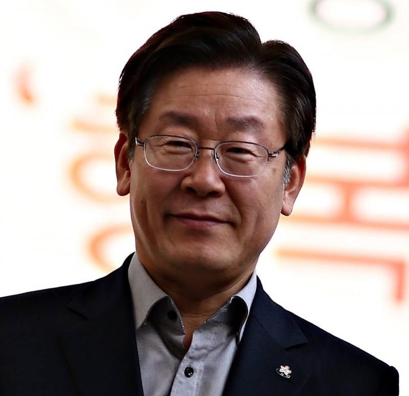 韓國京畿道知事李在明,涉嫌在選舉期間做出多次虛假陳述,今(6日)被水原高等法院裁罰300萬韓元(約新台幣7.7萬元),之後有可能會被解職。(圖擷自이재명李在明臉書)