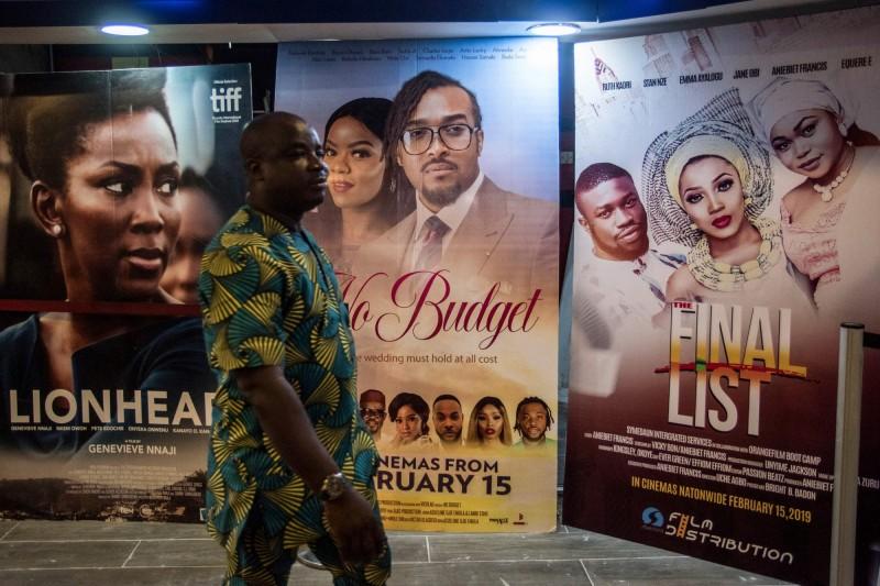 奈及利亞電影產業奈萊塢(Nollywood)傳出潛規則,女演員在試鏡時要靠著啪啪啪才能拿到角色。圖為奈及利亞影院門口的電影廣告。(法新社)