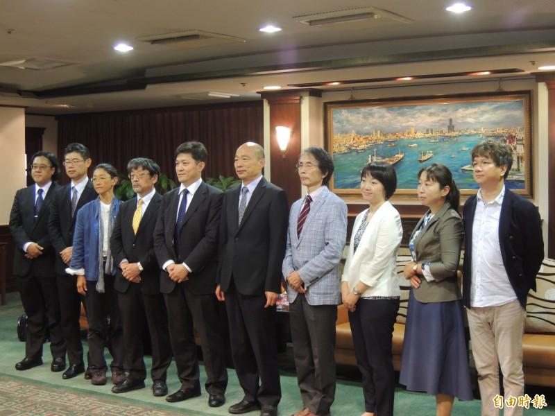 高雄市長韓國瑜(右5)今天接見日本東京大學兩岸關係研究小組。(記者王榮祥攝)