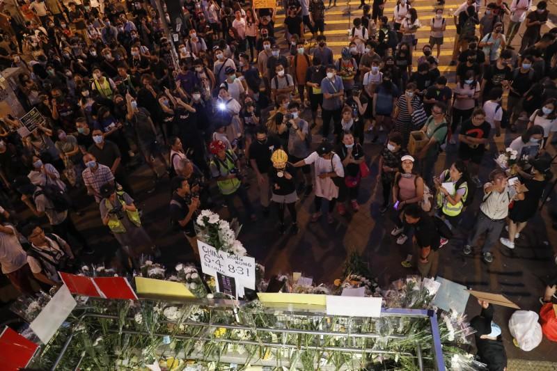 示威民眾聚集在太子站外,面對花海默禱。(歐新社)