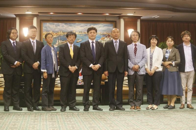 高雄市長韓國瑜(右5)6日上午接見由專長兩岸、台美關係的東京大學教授松田康博(左5)率領的日本訪問團,並於會前合影留念。(中央社)