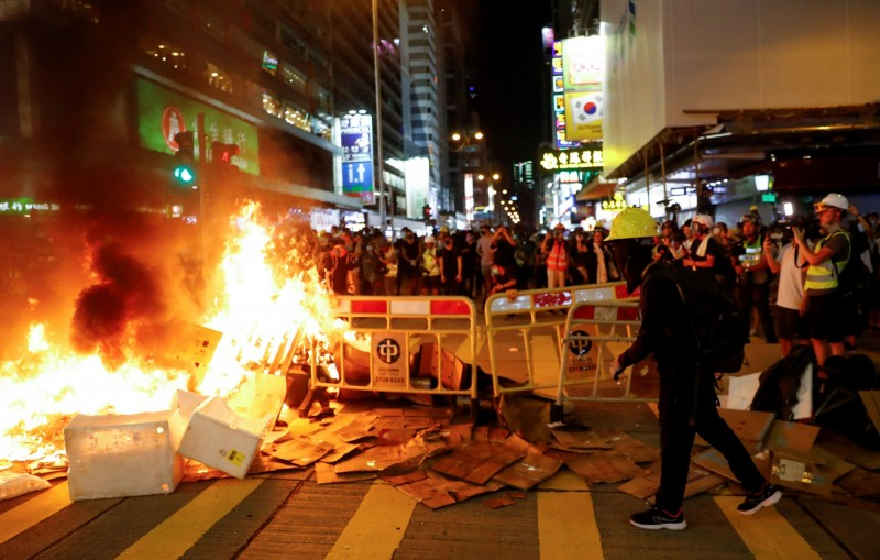 期間,有示威者點火燃燒雜物。(美聯社)