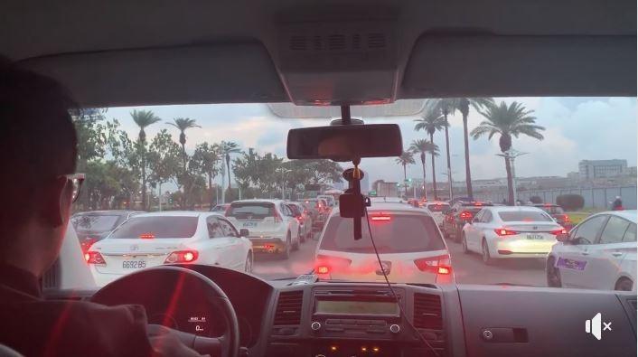 民進黨主席今在高雄搭計程車遇到塞車,並將影片貼上臉書。(圖擷取自卓榮泰臉書)