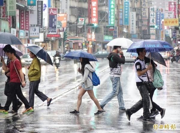 氣象專家吳德榮提醒,下週中秋節前有颱風生成的跡象,不過預測模擬仍會再度調整,因此必須持續觀察,而明天白天開始北部降雨會增加,一直到下週二天氣好轉才會恢復成午後雷陣雨的情況。(資料照)