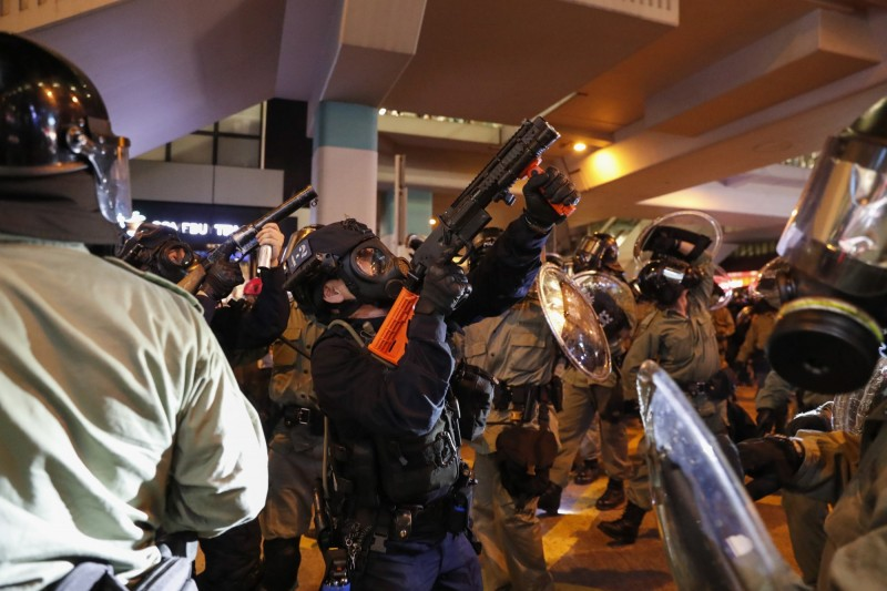 晚間8時至9時許,大批示威者聚集旺角警署外,防暴警察發射多發布袋彈。(歐新社)