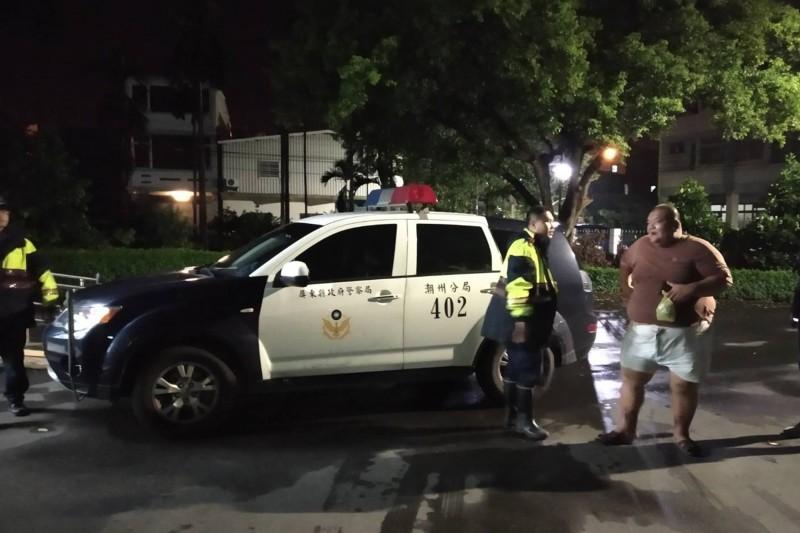 「髮蠟哥」日前糾眾訪「包龍星」,被警方帶回管束。(翻攝資料照)