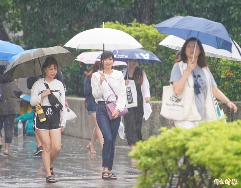 中央氣象局指出,今天(6日)受到颱風外圍環流及低壓帶影響,易有短時強降雨。(資料照)