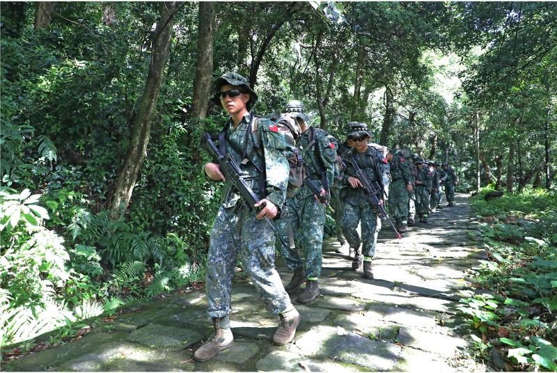 陸軍特種作戰指揮部特5營昨日(5日)開始,展開「戰術任務行軍訓練」。(圖翻攝自青年日報)
