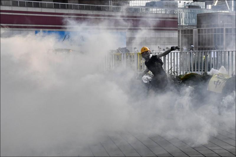 香港警方頻頻對示威者使用催淚彈 。(法新社檔案照)