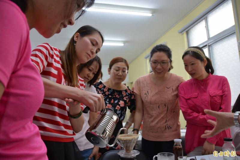 花蓮新住民在新住民學苑參與咖啡班課程,學習第二專長。(記者王峻祺攝)