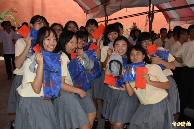 學生歡喜迎接成年禮。(記者林國賢攝)