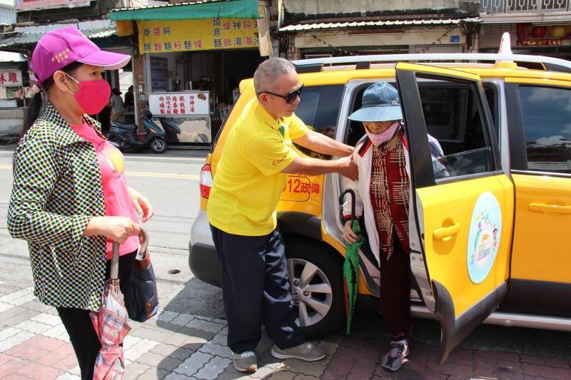 小黃公車服務升級,社區長輩外出更方便。(屏東縣政府提供)
