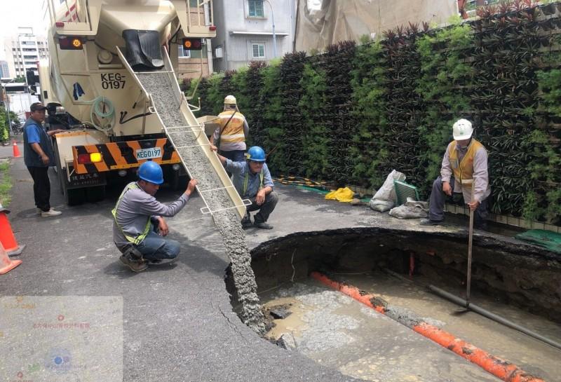 高雄四維四路與仁德街口路面塌陷,建商灌漿回填補洞。(記者黃旭磊翻攝)
