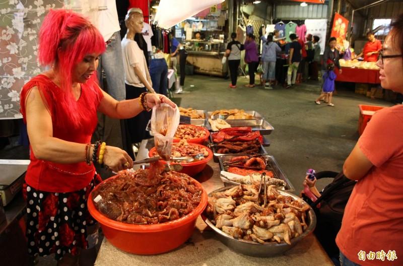 朴子市第二市場的阿享高美肉鬆製作只有中秋時節才會做的特製醃肉。(記者林宜樟攝)