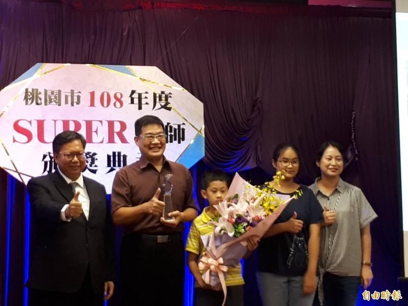 桃園SUPER教師東興國中鍾元杰(左二),數學教學結合數位科技中,發展「無限出題器」、「線上解題PK競賽」等教材,讓學生對數學產生濃厚學習興趣,更在臉書設立數學教學社團。(記者謝武雄攝)