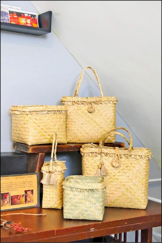 透南風咖啡聚場也售有菁寮社區阿嬤們手作的藺草茄芷編織袋。(記者李惠洲/攝影)