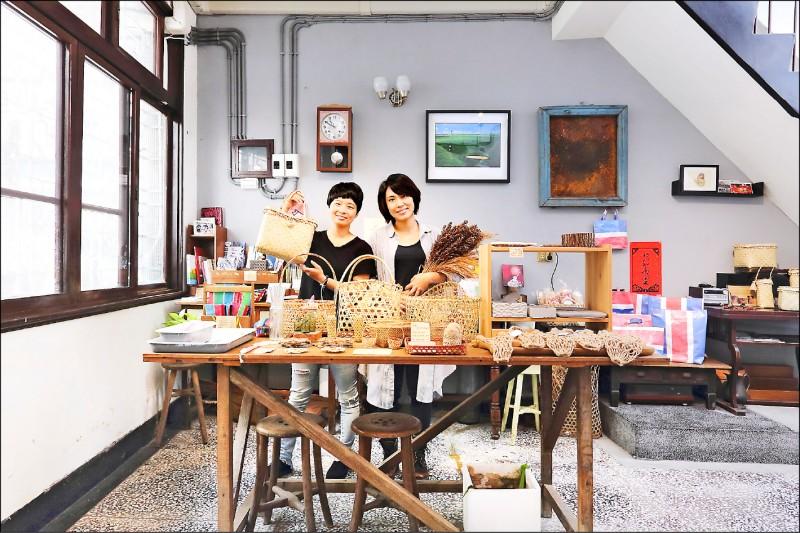 透南風工作室的夥伴盧龍君(圖中左)和林竹方,也是長期關注台灣農業與在地文化的文字工作者。(記者李惠洲/攝影)