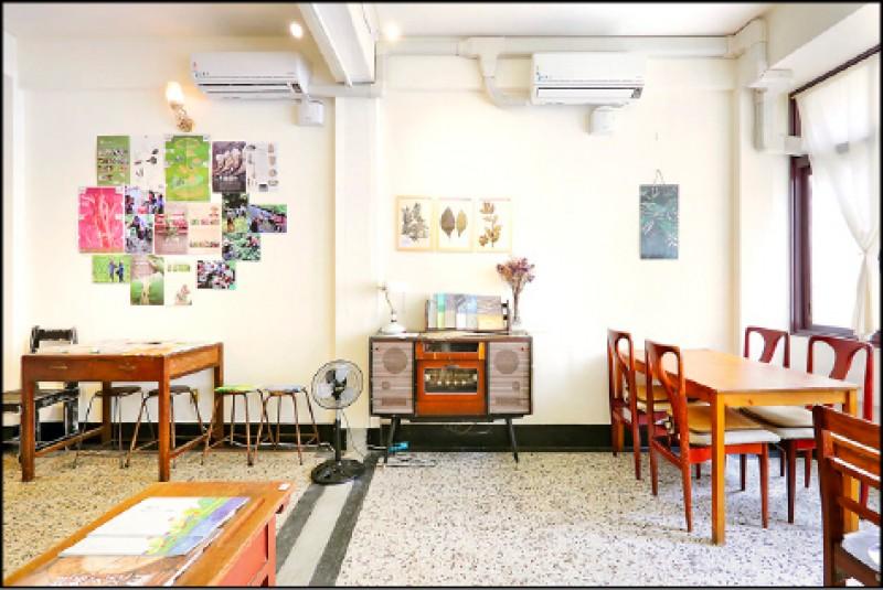 透南風咖啡聚場內用座位區也做為不定期策展的空間運用。(記者李惠洲/攝影)