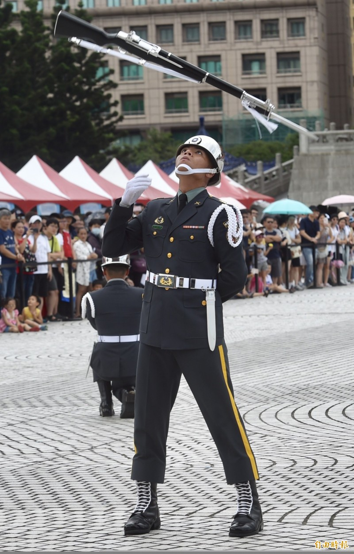 嚴德發對於儀隊隊員參與國際競賽至為重視,他鼓勵三軍儀隊官兵能在各自工作崗位上繼續努力,持續精進。(資料照)
