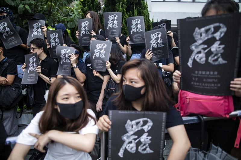 中學生罷課籌備平台呼籲中學生下週一上學前在各校組成人鏈,並將申請13日的學生罷課集會。圖為香港學生罷課集會。(彭博)