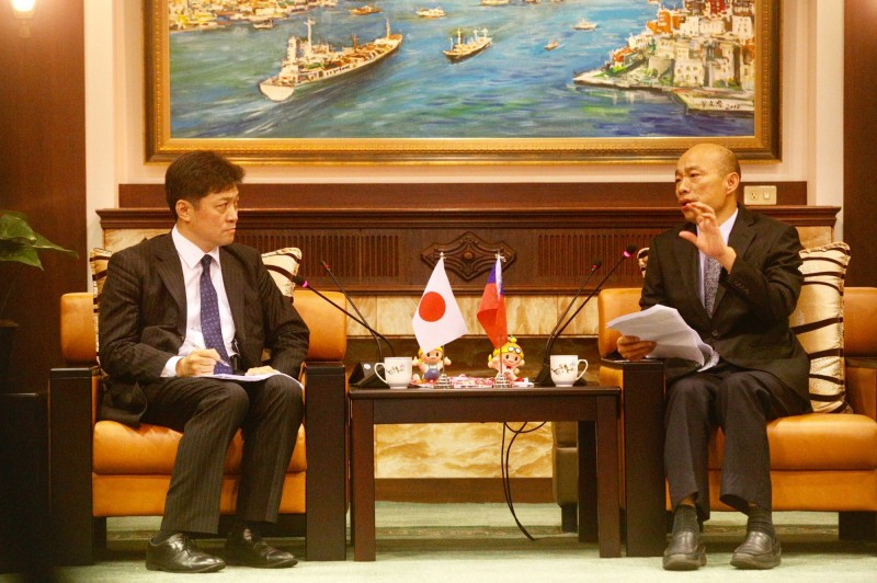 高雄市長韓國瑜(右)6日上午接見由專長兩岸、台美關係的東京大學教授松田康博(左)率領的日本訪問團。(中央社)