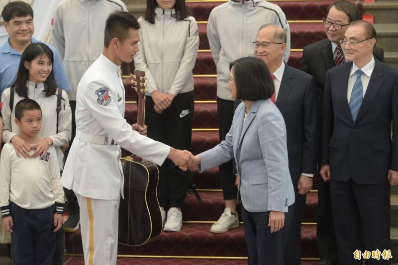 前海軍儀隊上兵蘇祈麟在2018年參加世界儀隊錦標賽,並以「矇眼接槍」絕技獲得第4名及創辦人特別獎殊榮,蔡英文總統特別在總統府接見蘇忻麟,表揚其優異表現。(資料照)