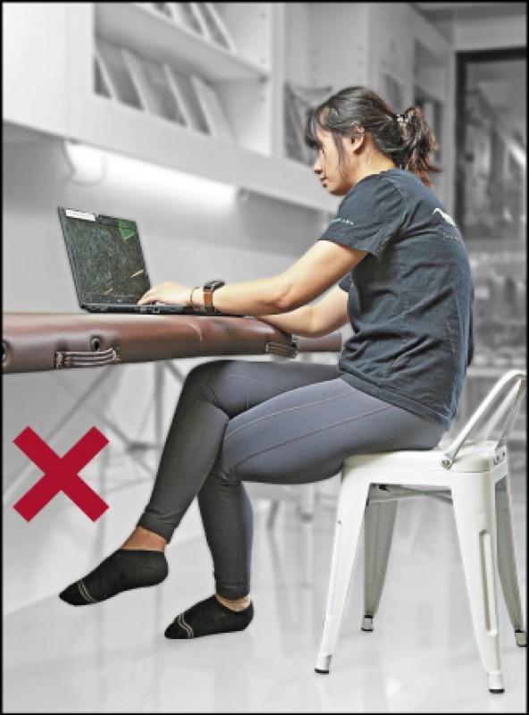 最常見的不良坐姿翹二郎腿,容易造成骨盆歪斜,有坐骨神經發炎的風險。(記者沈昱嘉/攝影)