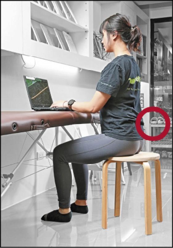 辦公室怪坐姿多多,保持雙腳著地、膝蓋、髖關節都90度狀態的中立姿勢,才是避免痠痛之道。(記者沈昱嘉/攝影)