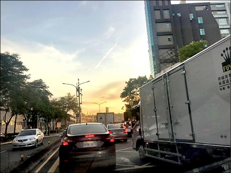 台北市內湖科技園區交通問題難解,是許多上班族的惡夢,市府交通局長陳學台表示,發展大眾運輸才能治本。(民眾提供)