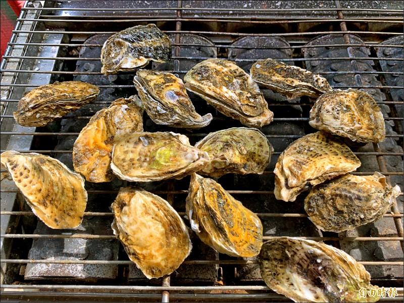 帶殼牡蠣是中秋節熱門烤肉食材。(記者林宜樟攝)