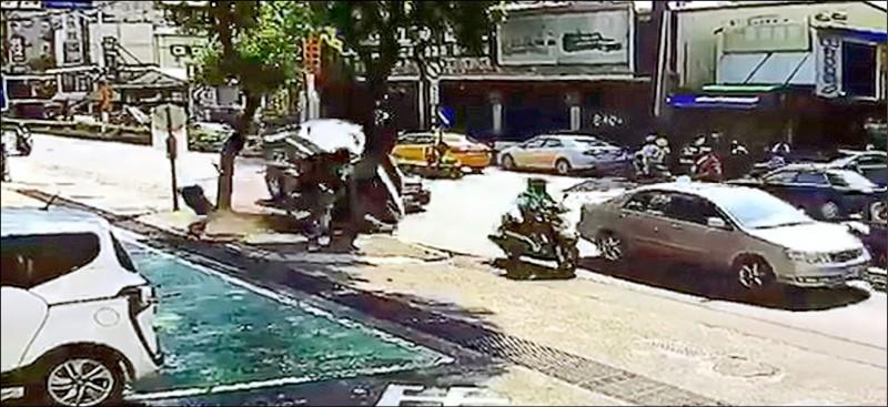 轎車行經新北市樹林區中華路,疑想「鑽縫」從車道右方超車,不慎自撞路肩上加油站告示牌。(記者翁聿煌翻攝)