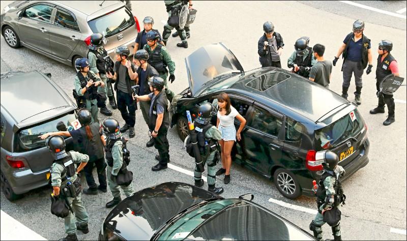 香港國際機場係位於香港離島大嶼山以北的一座人工島上,和大嶼山的東涌新市鎮連結。香港警方七日為防範機場又再被示威者癱瘓,當天一早就在東涌通往機場的必經道路上攔檢人車。(路透)
