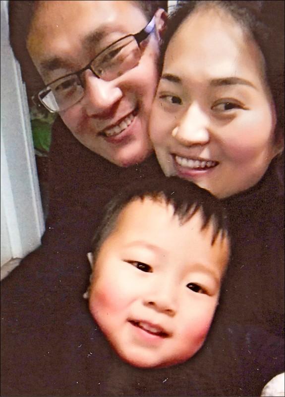 中國維權律師王全璋(左上)與其妻李文足(右上)、稚子泉泉的合照。(法新社檔案照)