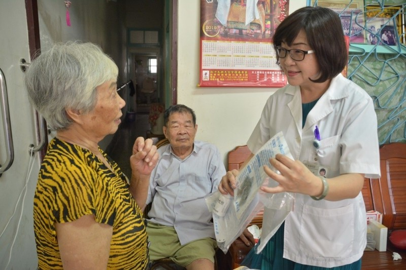 參與「行動藥師」計畫的藥師潘永玲到宅服務。(屏東縣政府提供)
