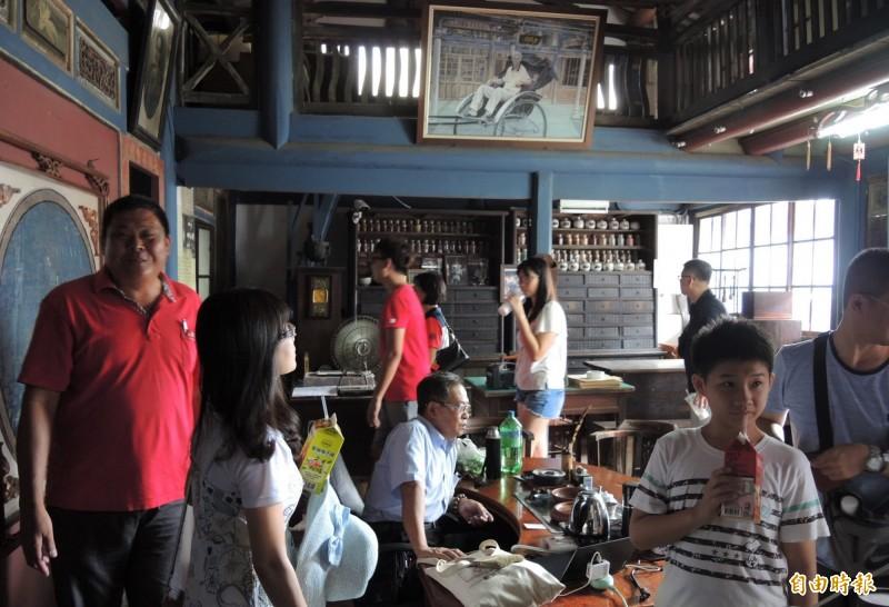 菁寮老街上的台南市定古蹟金興德藥舖在電視劇後爆紅,遊客必訪。(記者楊金城攝)