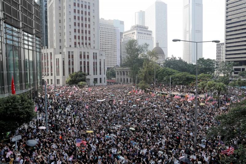香港民眾今日計劃遊行至美國領事館,促請美國盡快通過《香港人權與民主法案》。(路透)