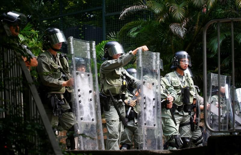 香港警方於遊行路線周邊嚴密佈防。(路透)