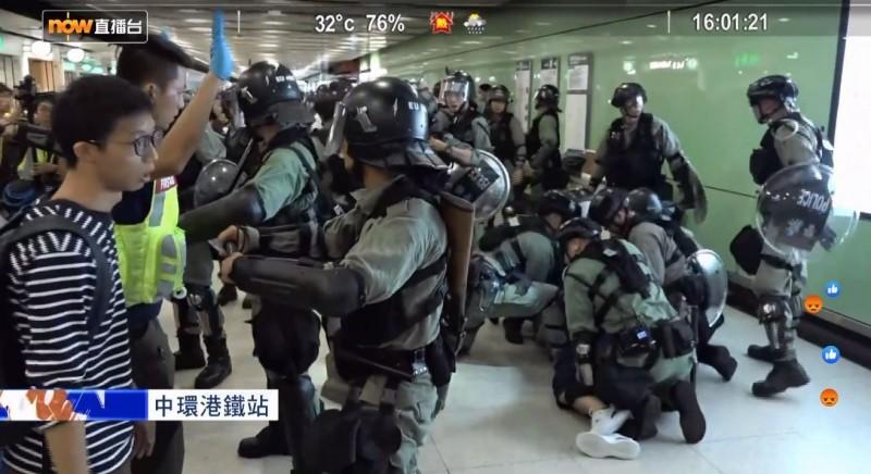 大批防暴警察於港鐵中環站佈防並制伏、帶走多人。(擷取自《Now新聞》直播畫面)