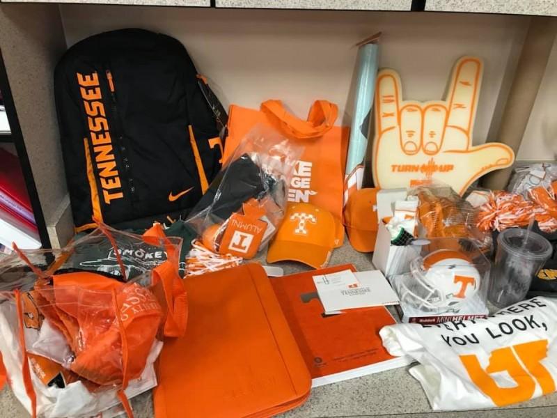 田納西大學校方得知此事後,立刻送給男童一整箱的大學球衣、帽子、背包等校園出品物。(圖擷自Laura Snyder臉書)