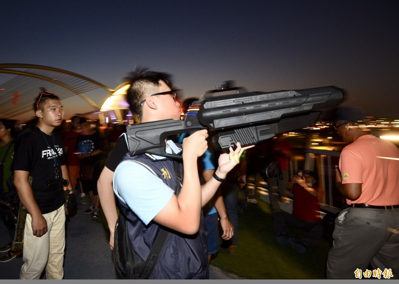 國民黨8日於新北市二重疏洪道水漾公園舉辦總統參選人韓國瑜造勢大會,由於現場靠近松山機場航道,警方慎重起見,以訊號干擾槍限制現場空拍機的飛行高度。(記者羅沛德攝)