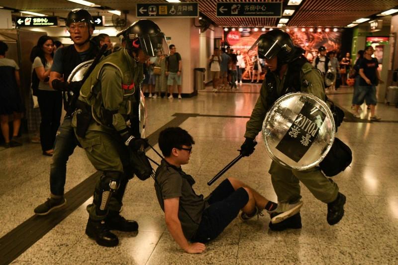 香港反送中抗爭持續進行,香港員警不斷對民眾使用暴力手段。(法新社)