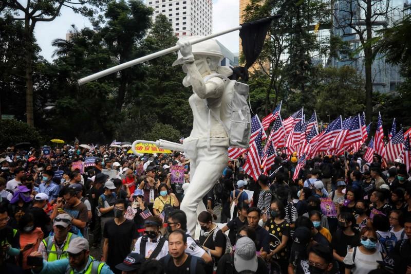 反送中運動象徵「民主女神像」在遮打花園立起。(法新社)