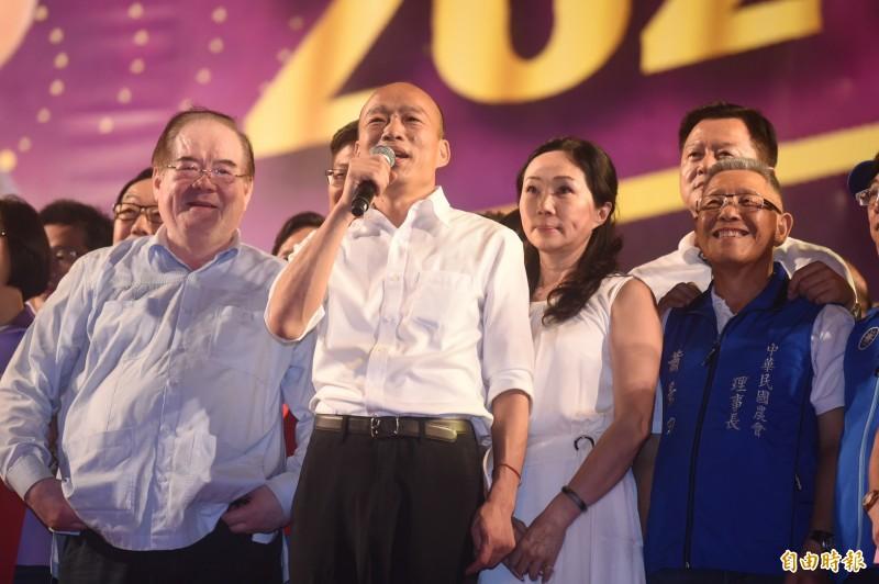 韓國瑜(左二)稱,中華民國建國時,中國14億人認同孫中山,現在退一步就可能亡國。(記者簡榮豐攝)