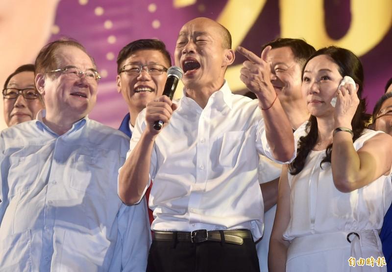 韓國瑜今晚被封為「歌王」,演唱《浪子回頭》、《月亮代表我的心》。(記者簡榮豐攝)