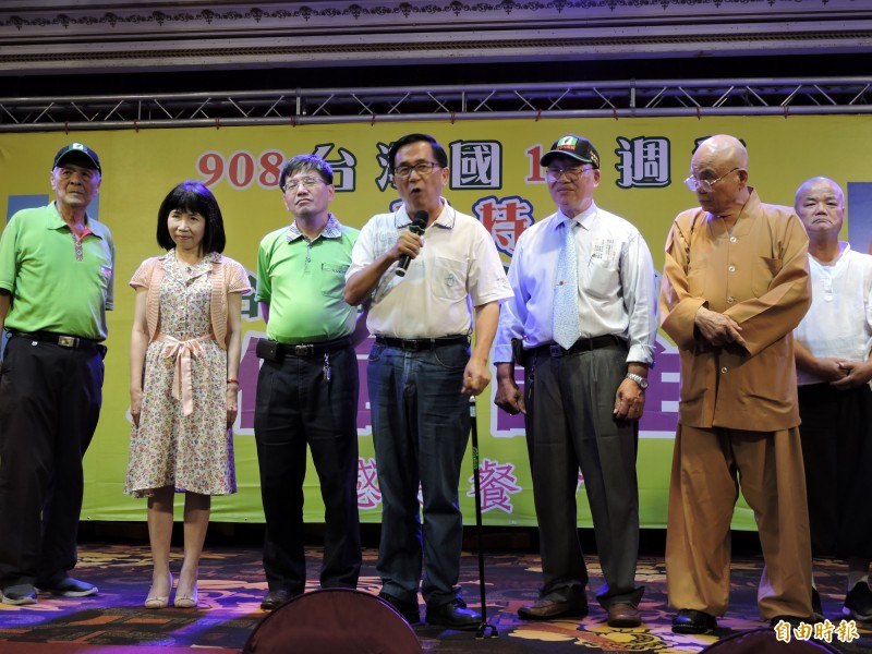 前總統陳水扁(左4)不甩台中監獄的禁令,在908台灣國餐會上台致詞。(記者張菁雅攝)