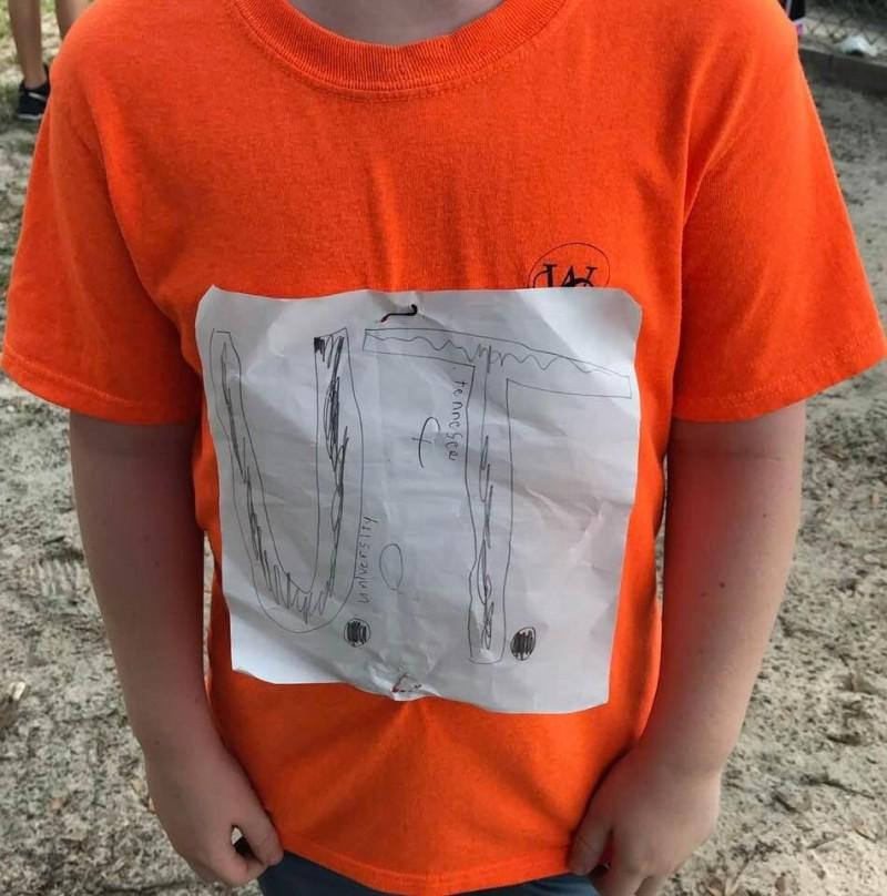 美國佛州小學男童非常喜歡田納西大學,自製田納西大學T恤卻被旁人嘲笑到哭出來。(圖擷自Laura Snyder臉書)