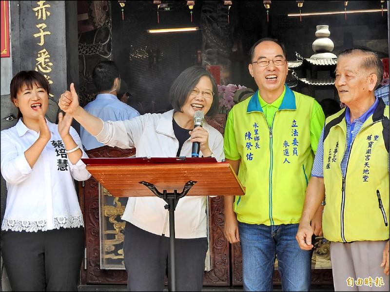 總統蔡英文(右三)昨到埔里地母廟參拜,支持民眾不斷高喊「凍蒜」,蔡開心地比讚致意。(記者佟振國攝)