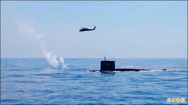 潛艦國造首艘艦的噸數與現役劍龍級潛艦相近。圖為現役劍龍級潛艦中的海虎號潛艦,與反潛直升機進行海空聯合操演。(記者羅添斌攝)