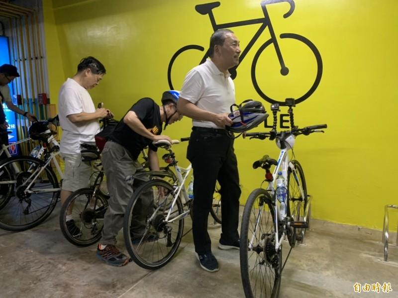 侯友宜戴上自行車裝備出發體驗車道綠廊道。(記者邱書昱攝)